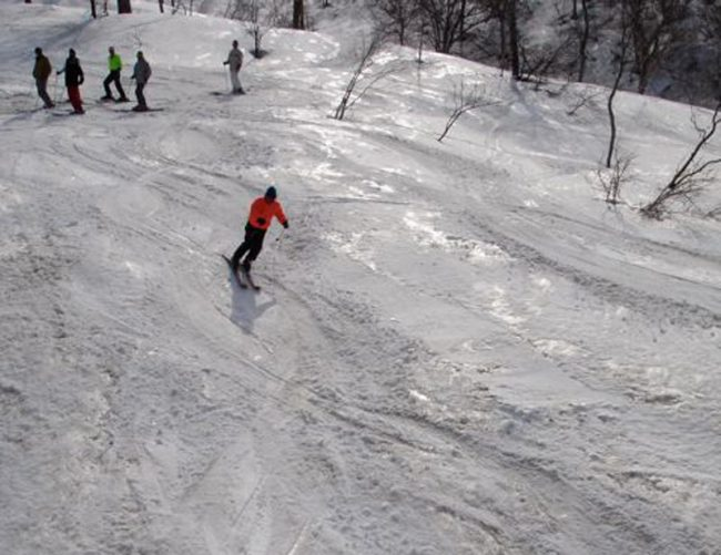 May Day, still snow up top in Nozawa The lifts stopped turning a while back but if keen for some exercise can hike up and enjoy some T Shirt turns at Yamabiko. Who knows which run this is? Thanks Aerandir and Aidan for the clip.
